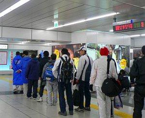 ●大会当日、新宿駅構内のトイレの前に行列を作る市民ランナーたち (写真... 東京国際マラソンと